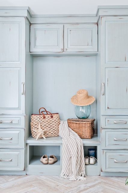 Example of a mid-sized coastal mudroom design in Jacksonville