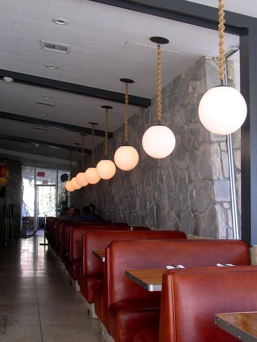 lamparas de restaurante guindadas con sogas