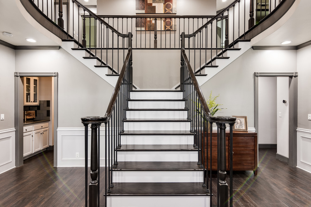 Idee per un ampio ingresso chic con pareti grigie, parquet scuro, una porta singola, una porta in legno scuro e pavimento marrone