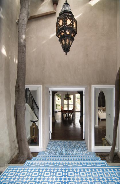 Пример оригинального дизайна интерьера: прихожая в средиземноморском стиле с бежевыми стенами, двустворчатой входной дверью и синим полом