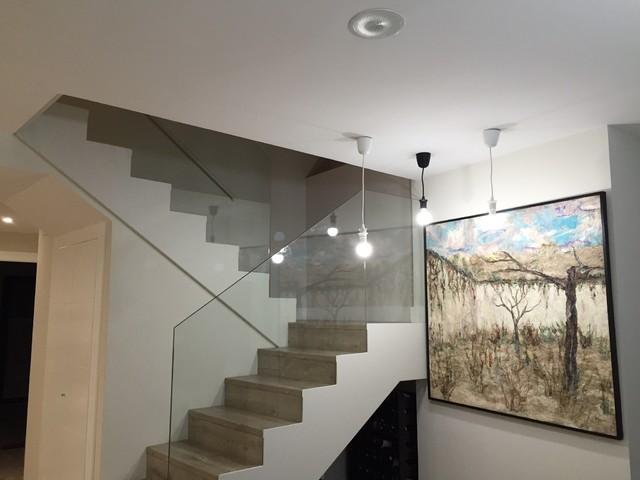 Detalle escalera con barandilla de cristal moderno for Barandilla escalera exterior