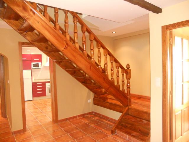 Escalera de madera original de la vivienda reconstruida y for Escaleras de viviendas