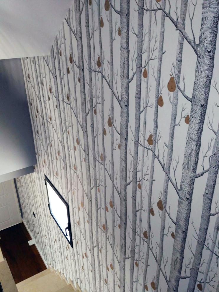 Imagen de escalera recta, romántica, de tamaño medio, con escalones con baldosas y contrahuellas con baldosas y/o azulejos