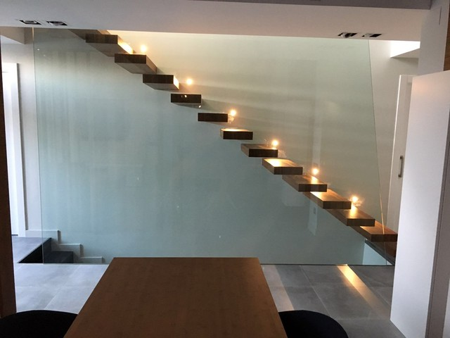 Escalera volada con baranda de vidrio moderno escalera for Detalle escalera volada