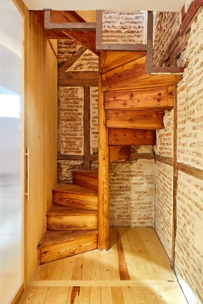 Diseño de escalera de caracol, mediterránea, con escalones de madera y contrahuellas de madera