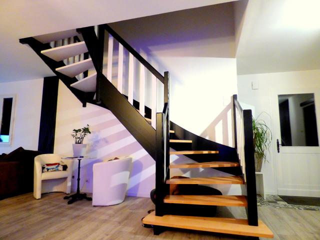 Aménagement d'un grand escalier moderne en U avec des marches en bois et un garde-corps en bois.