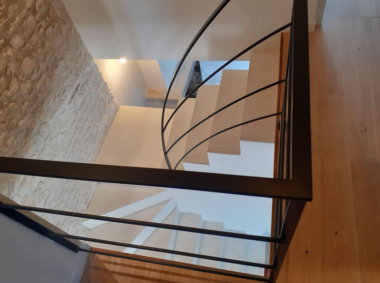 Béton teinté dans un escalier