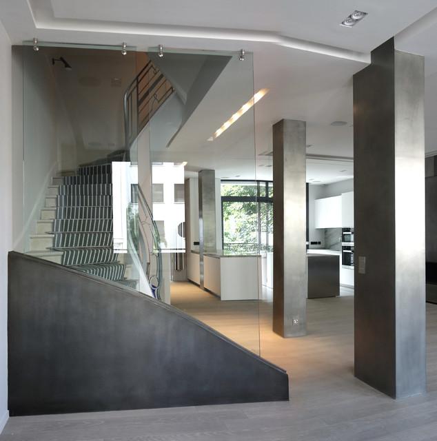 Colonnes en tain et soubassement en fer contemporain - Habiller un mur interieur ...