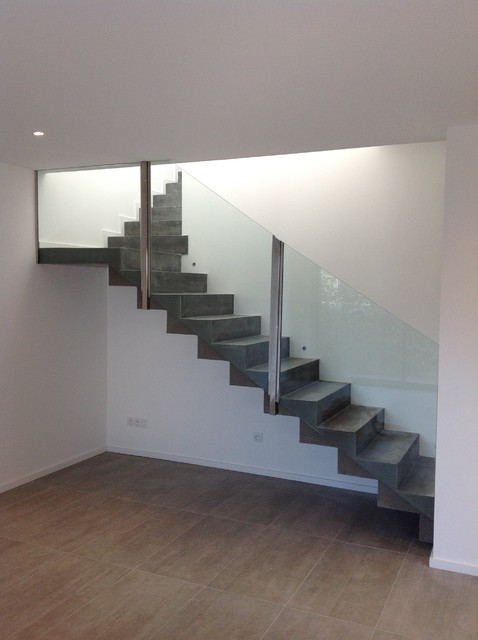 Conception d 39 un escalier b ton avec garde corps en verre - Escalier beton moderne ...