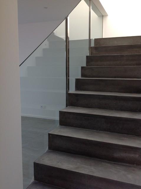 conception d 39 un escalier b ton avec garde corps en verre. Black Bedroom Furniture Sets. Home Design Ideas