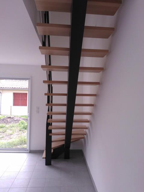Escalier 1 4 tournant limon central bois teint gris - Rangement sous escalier tournant ...