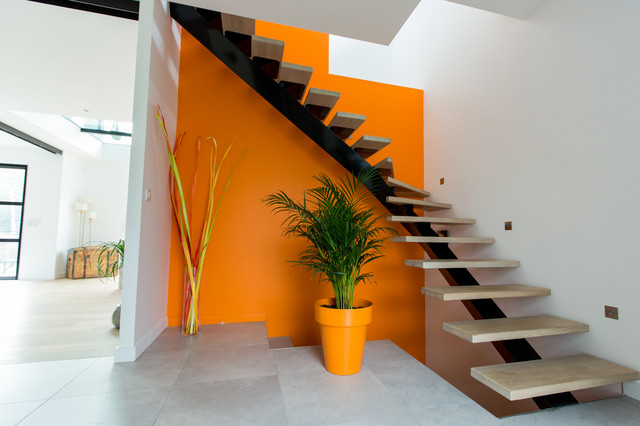 Escalier Contemporain Sur Fond Orange