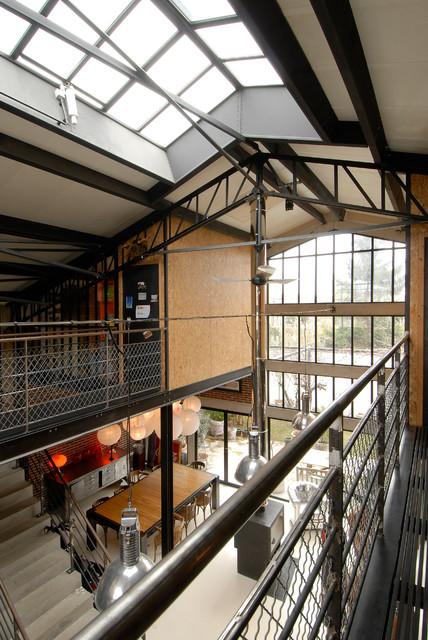 Maison loft transformation d 39 une usine en loft industriel escalier paris par zoevox - Loft usine ...