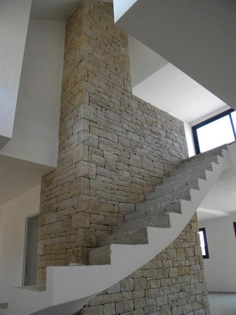 Mur décoratif intérieur en pierre naturelle pour un escalier ...