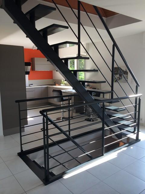 poutres centrales superpos es acier et bois finition thermo laqu e moderne escalier. Black Bedroom Furniture Sets. Home Design Ideas