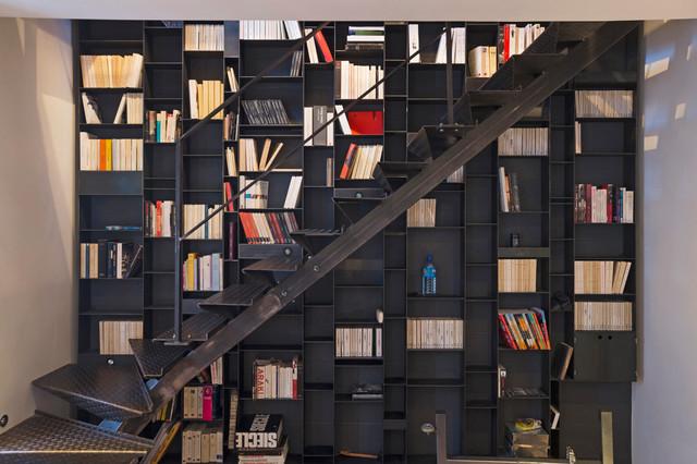 Новый формат декора квартиры: большая угловая лестница в стиле лофт с металлическими ступенями без подступенок