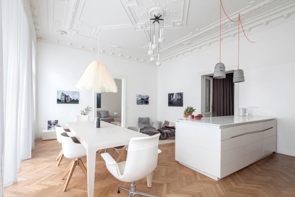 Ispirazione per una sala da pranzo minimal chiusa con pareti bianche e pavimento in legno massello medio