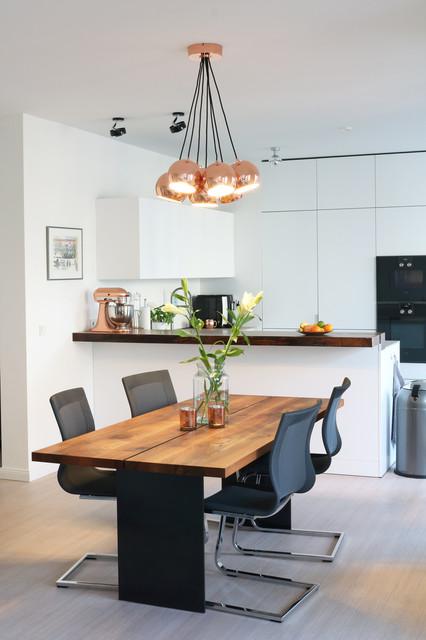 Blick zur offenen Küche vom Essbereich - Modern - Esszimmer ...