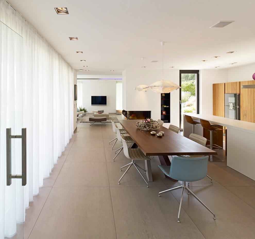 Diseño de comedor de cocina moderno, grande, con paredes blancas, chimenea de doble cara, marco de chimenea de yeso y suelo de linóleo