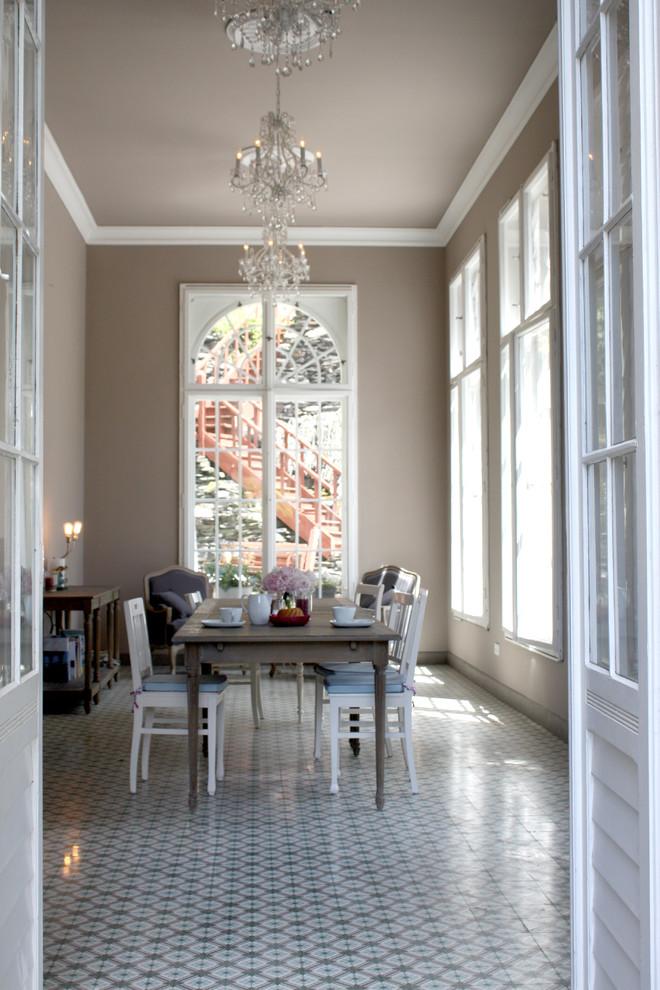 На фото: столовые в стиле фьюжн с коричневыми стенами и полом из керамогранита