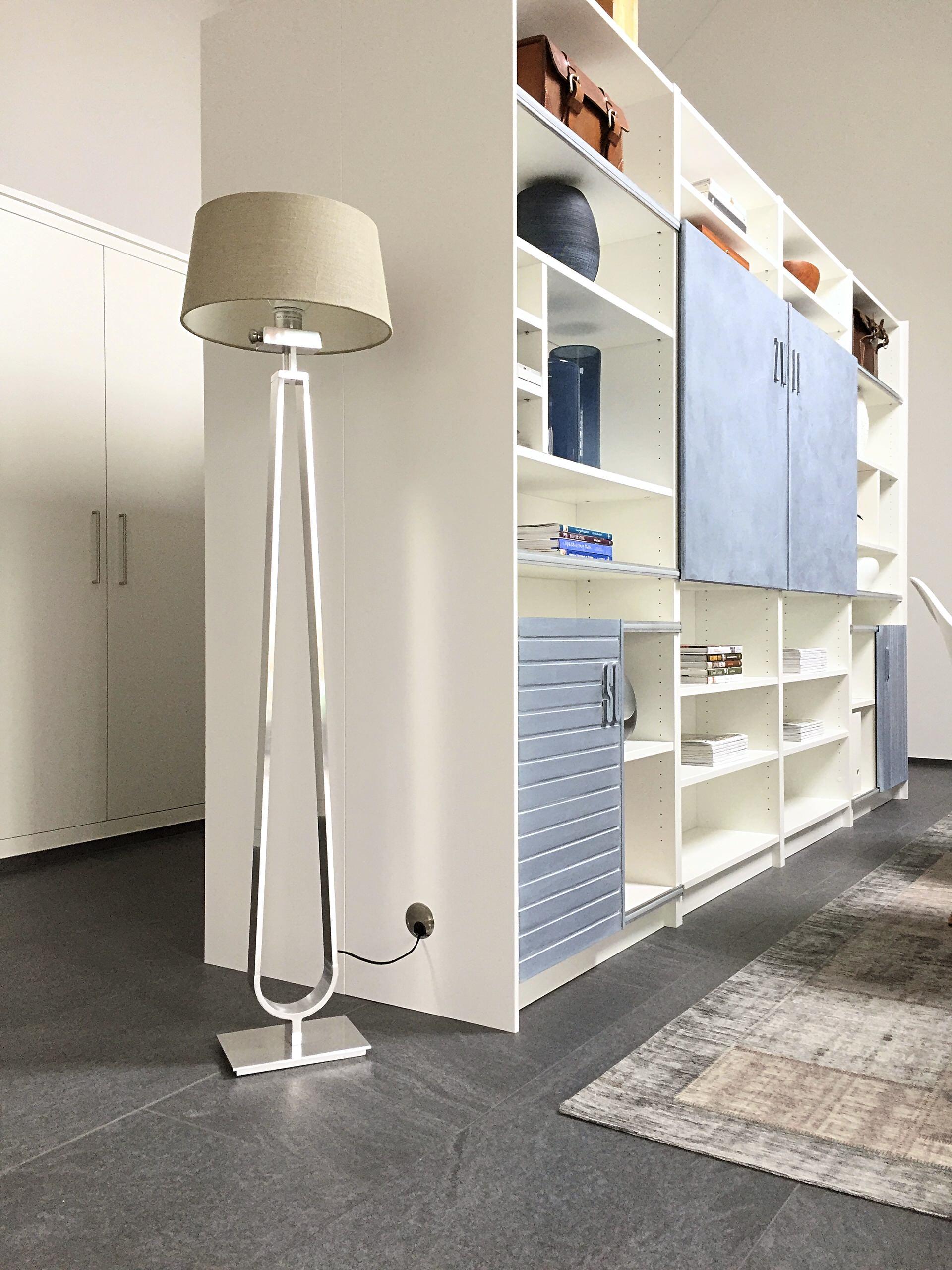 Elegante Lösung: Kabelführung der Stehlampe zur Steckdose im Regal