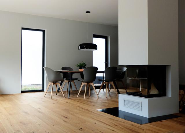 haus b raumteiler kamin zwischen wohn und essbereich. Black Bedroom Furniture Sets. Home Design Ideas