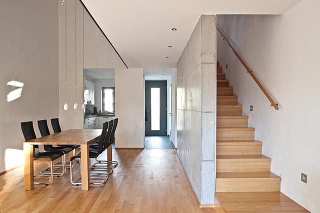 Helles Wohnzimmer Mit Essbereich Luftraum Und Treppe.