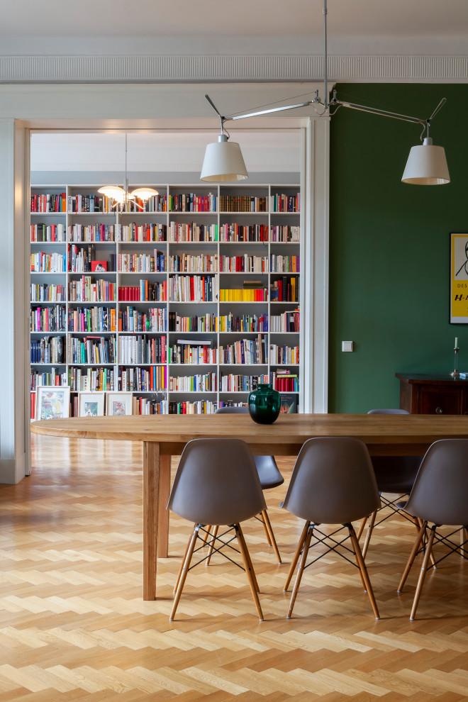 Geschlossenes, Großes Mediterranes Esszimmer mit grüner Wandfarbe und braunem Boden in Berlin