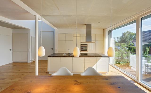 neubau eines ferienhauses mit holzfassade und hellem lichtband am meer modern esszimmer. Black Bedroom Furniture Sets. Home Design Ideas