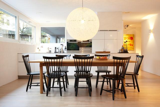 mittelgrosse moderne wohnkuche ohne kamin mit weisser wandfarbe hellem holzboden und braunem boden in hamburg