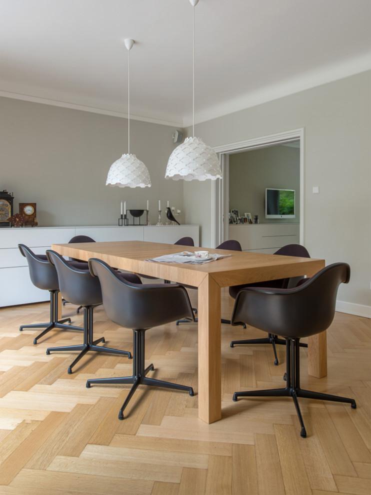 Modernes Esszimmer mit grauer Wandfarbe, hellem Holzboden und beigem Boden in Hamburg