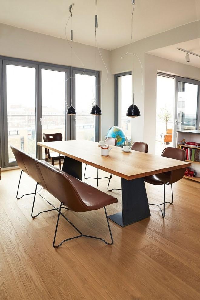Imagen de comedor contemporáneo, de tamaño medio, abierto, con paredes blancas y suelo de madera clara