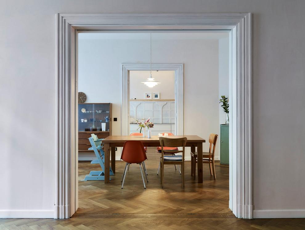 Offenes, Mittelgroßes Retro Esszimmer ohne Kamin mit weißer Wandfarbe, braunem Holzboden und braunem Boden in Leipzig