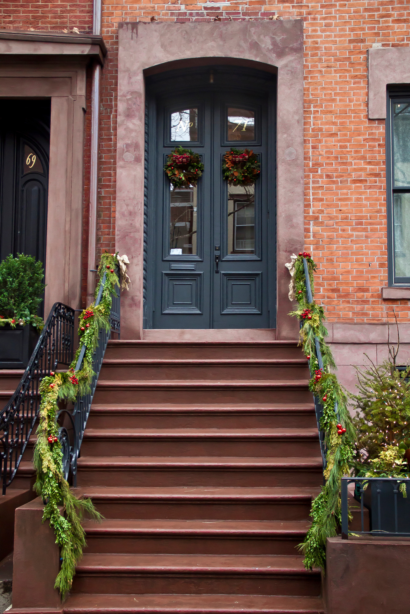 71 Willow Brownstone Christmas Dispaly