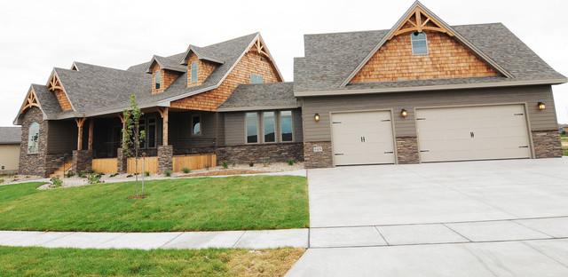 8405 S Quiet Oak Circle Sioux Falls  SD   Vida de la Confianza traditional-exterior