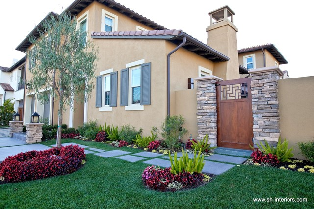 Front yard and landscaping Asian Exterior Los