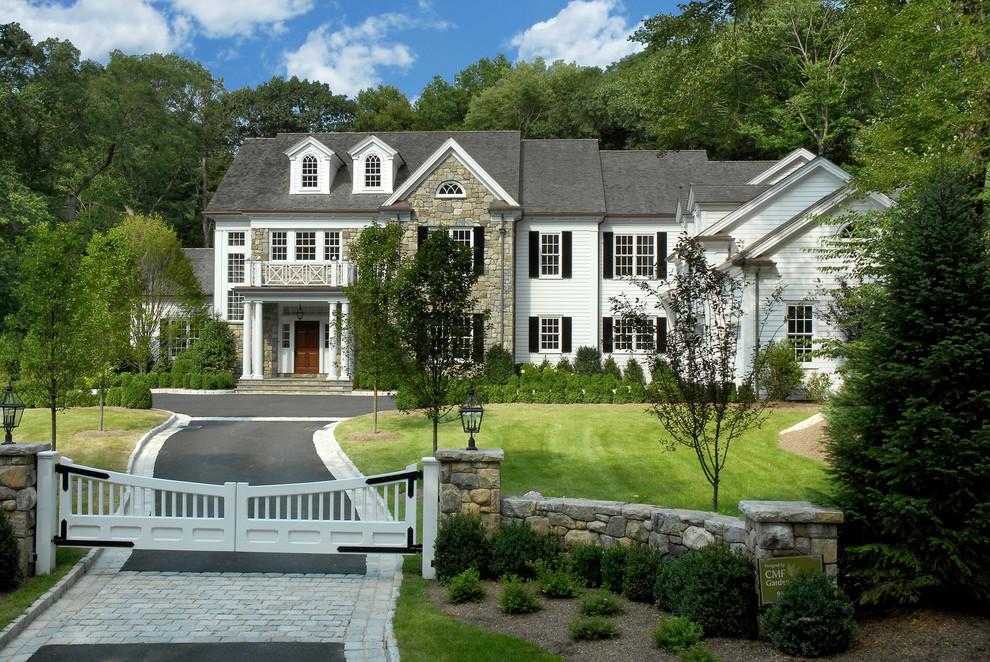 Diseño de fachada blanca, clásica, extra grande, de dos plantas, con revestimiento de vinilo