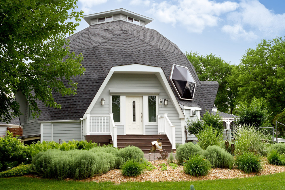 Example of an eclectic white exterior home design in Chicago