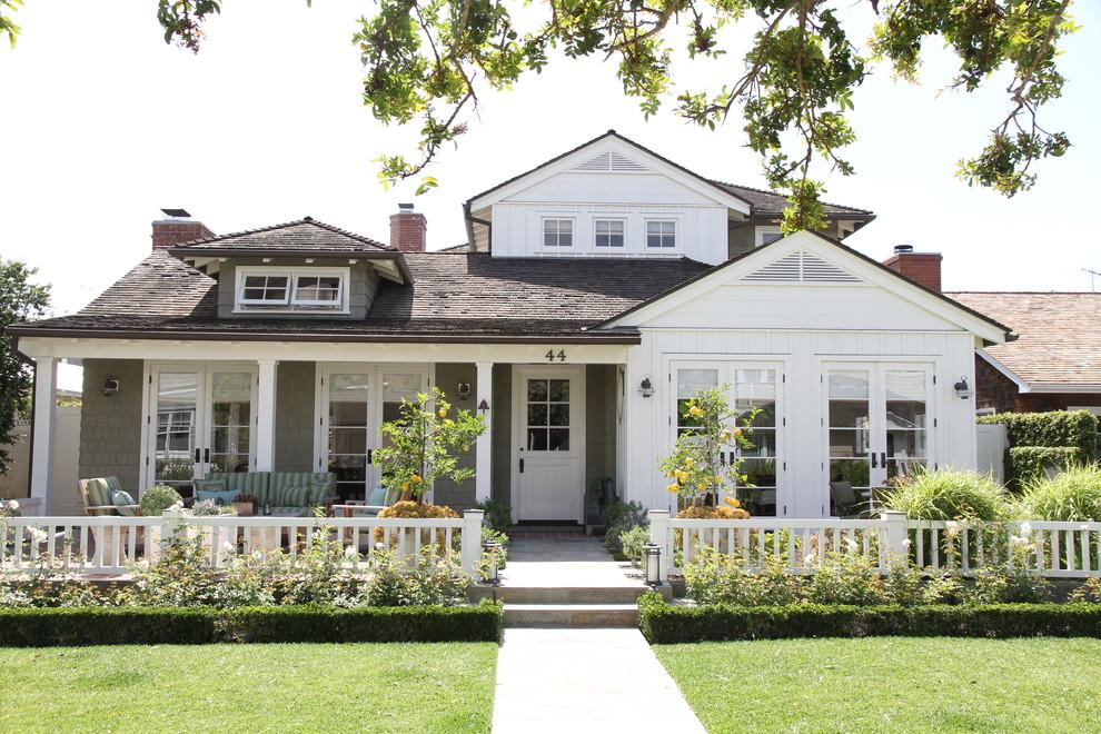 Foto della villa multicolore stile marinaro a due piani con rivestimenti misti, falda a timpano e copertura a scandole