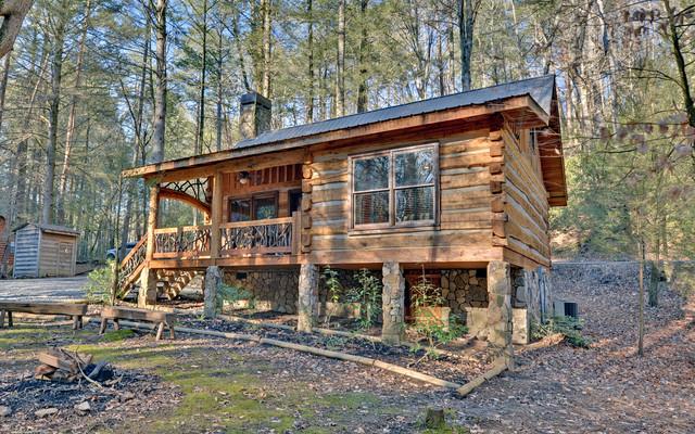 Small rustic one-story exterior home idea in Atlanta