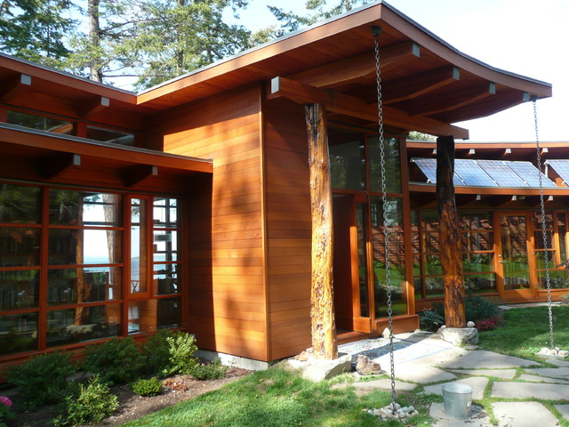 Booklovers House Entry With Rain Chains Contemporary