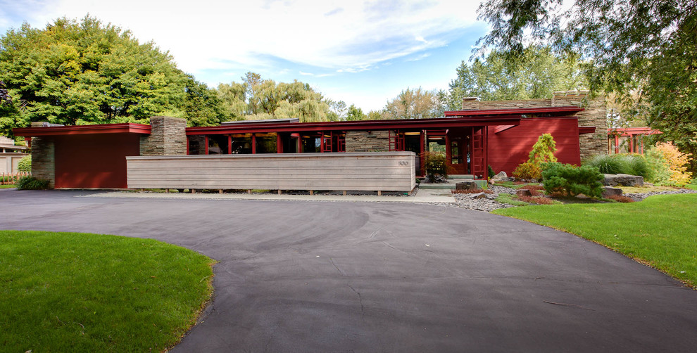 Example of a mid-sized mid-century modern red one-story exterior home design in Milwaukee