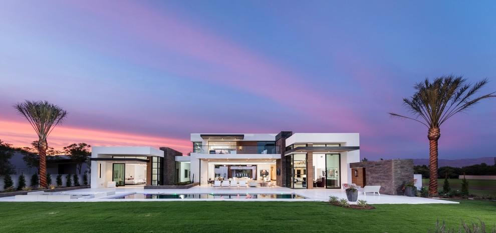 Foto della villa ampia bianca contemporanea a due piani
