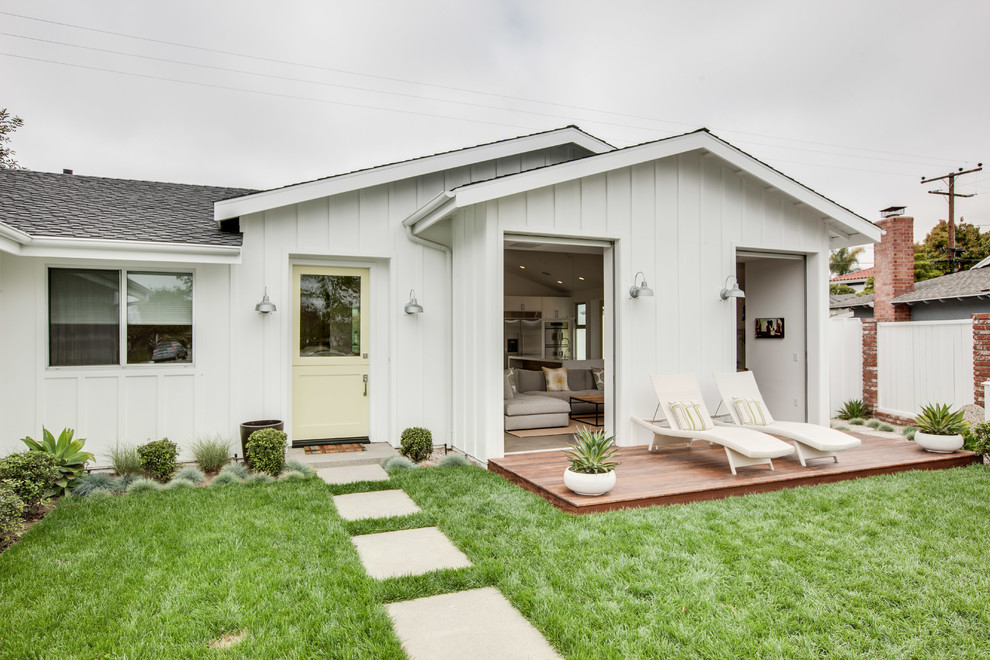 Small trendy white one-story exterior home photo in Orange County