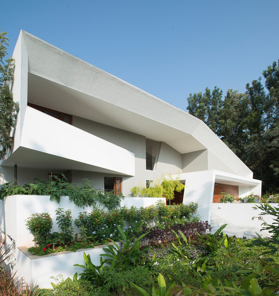 Large and white modern detached house in Bengaluru.