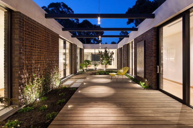 Courtyard house indoor courtyard modern exterior for Modern house with courtyard