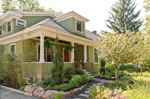 Creative solutions for small front yards for Craftsman style garden designs