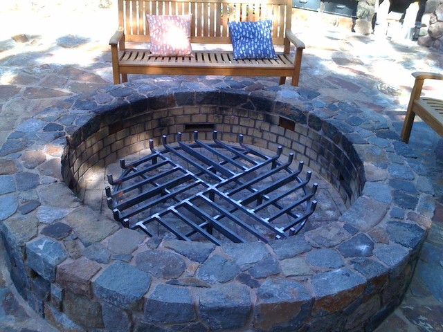 Custom fire grate for outdoor fire pit