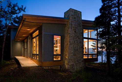 Revestimiento exterior que combina madera, piedra y chapa