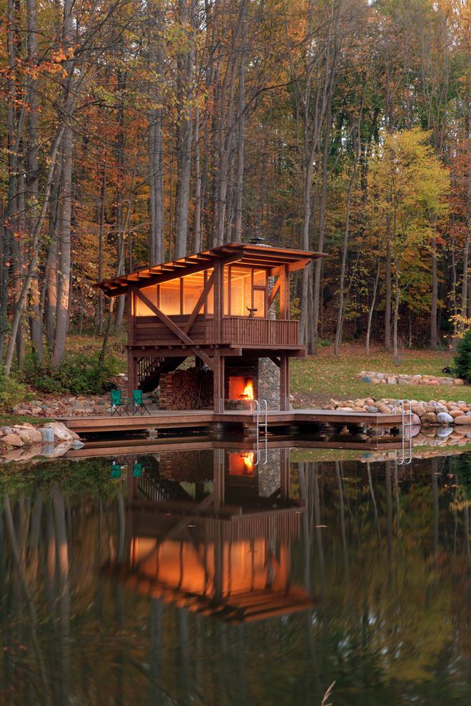 Ispirazione per la facciata di una casa in montagna con rivestimento in legno